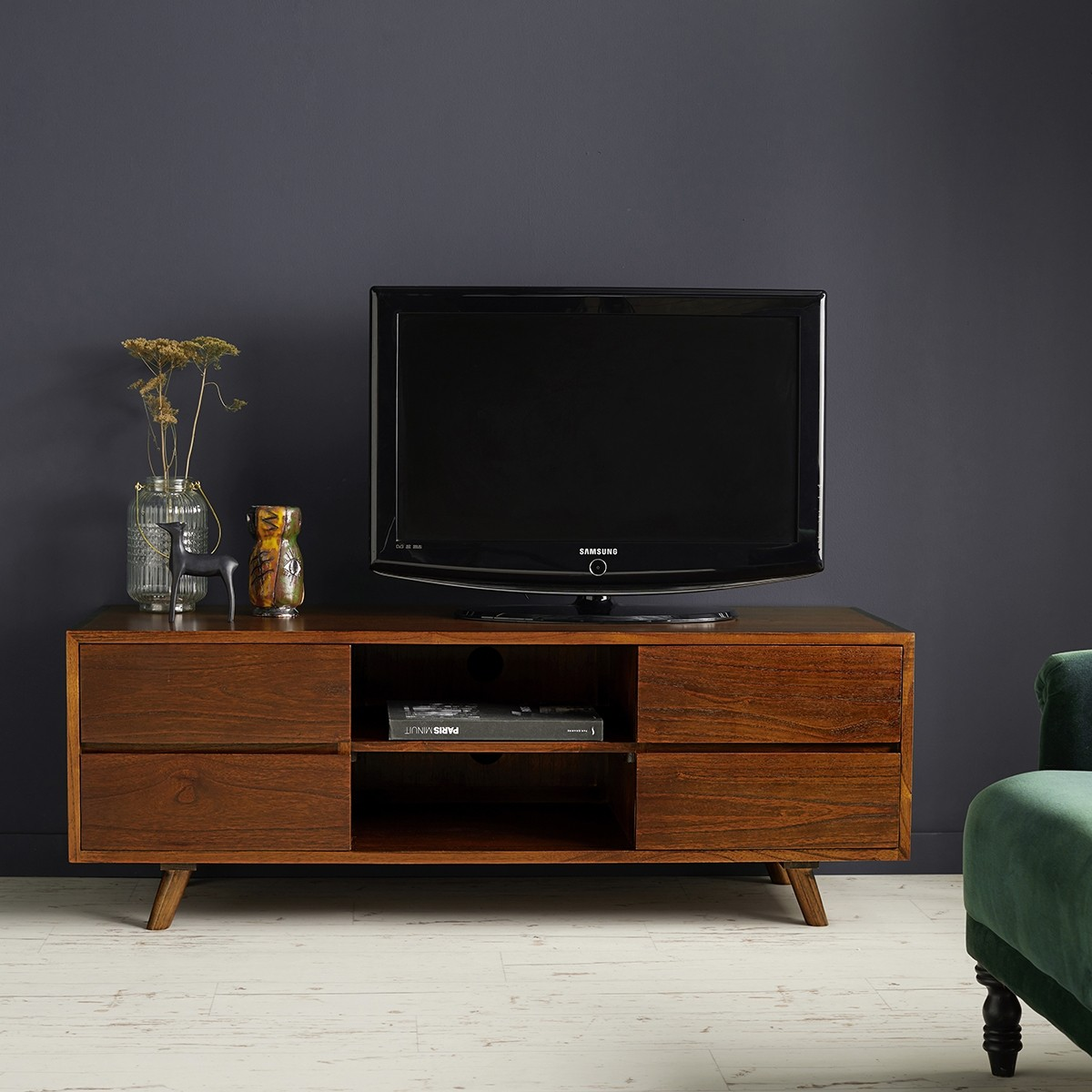 meuble tv en bois finition noyer 140 milo bois dessus bois dessous. Black Bedroom Furniture Sets. Home Design Ideas